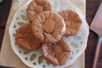 Queques de chocolate cremosos num prato