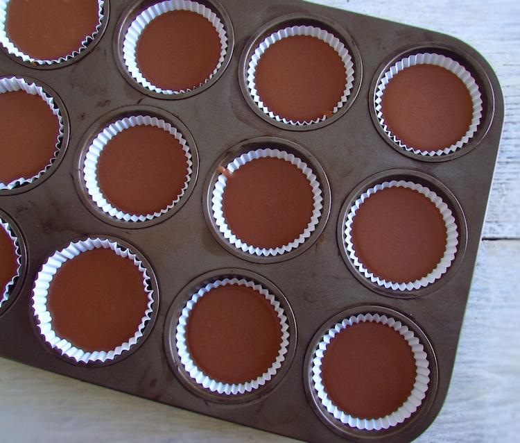 Massa de queques de chocolate cremosos em formas de papel