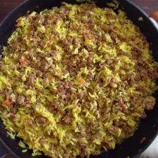 Carne picada com arroz numa frigideira