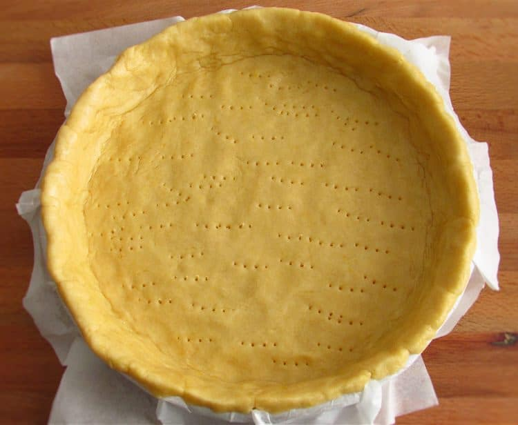 Pie pan lined with pastry
