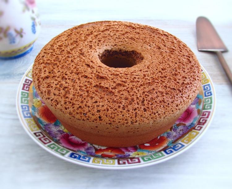 Pão de ló de chocolate num prato