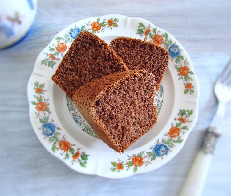 Fatia de pão de ló de chocolate num prato