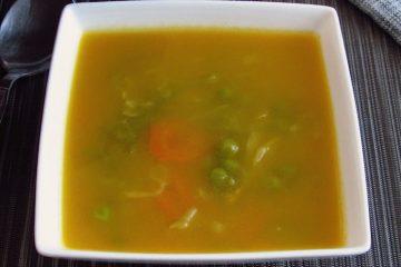 Sopa Juliana numa tigela de sopa