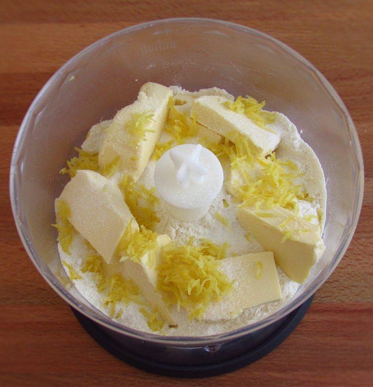 Farinha, açúcar, margarina cortada aos cubos e raspa de limão num processador
