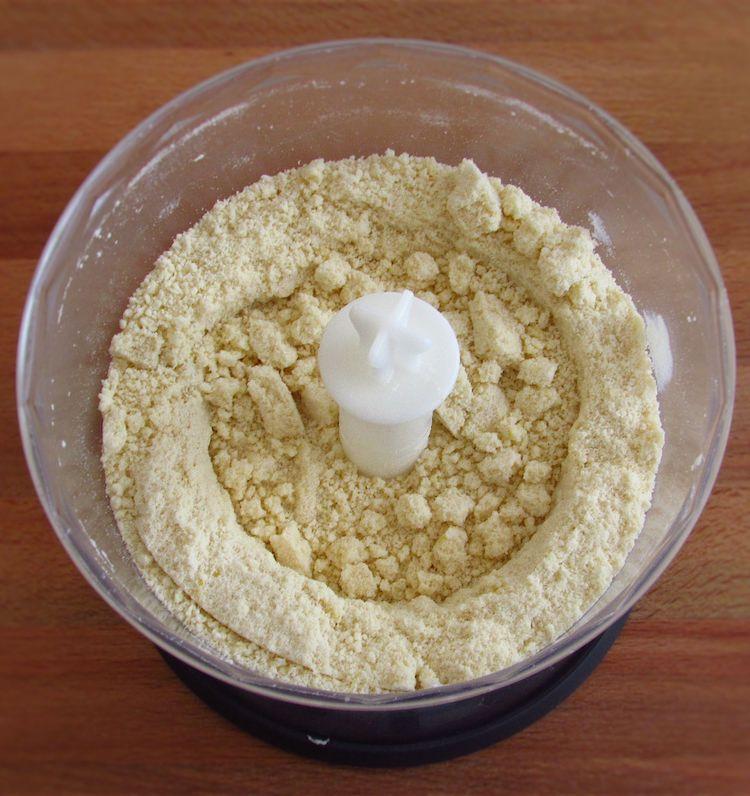 Farinha, açúcar, margarina cortada aos cubos e raspa de limão misturados num processador