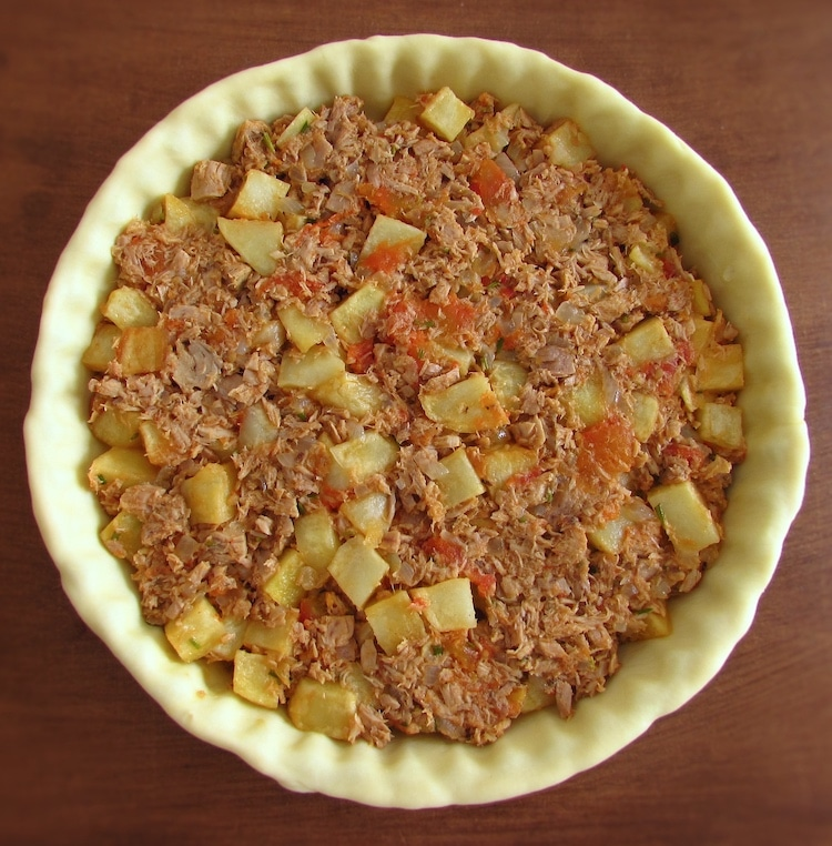 Pie filled with potato and tuna