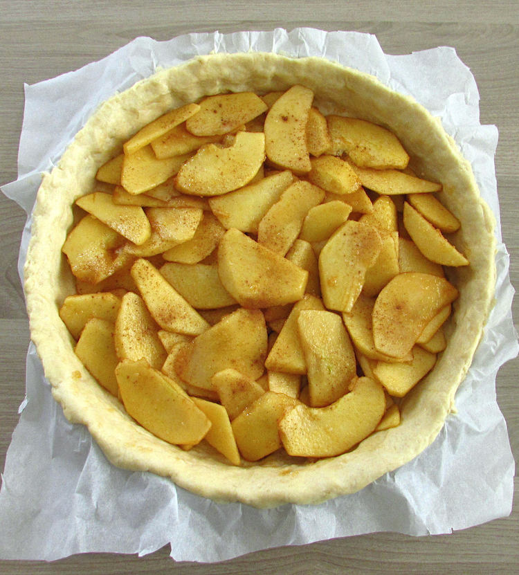 Pie filled with apple slices, liquid caramel and brown sugar