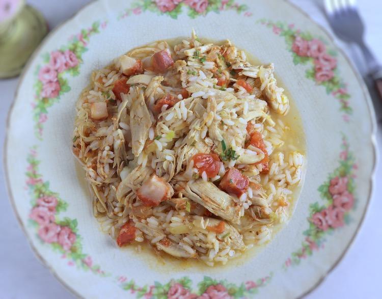 Arroz de frango e chouriço num prato