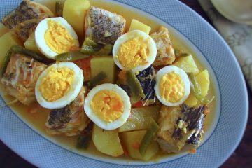 Bacalhau com ovos numa travessa