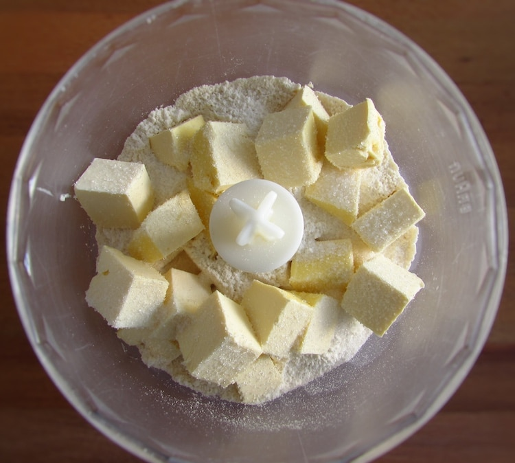 Flour, the sugar and the margarine cut into cubes in a food processor