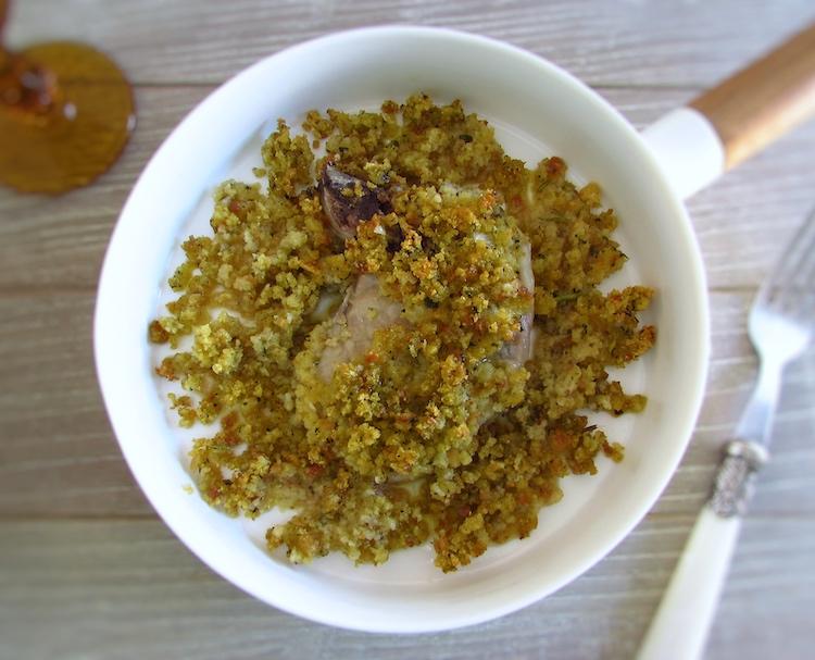 Costeletas no forno com broa de milho num prato