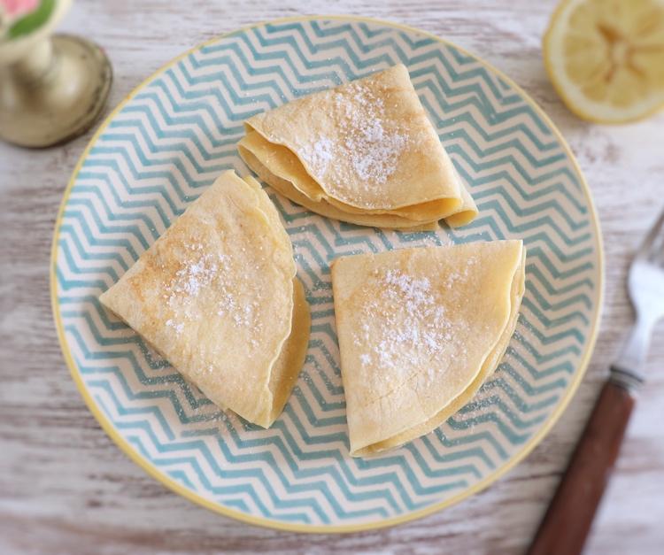 Crepes com limão e açúcar num prato