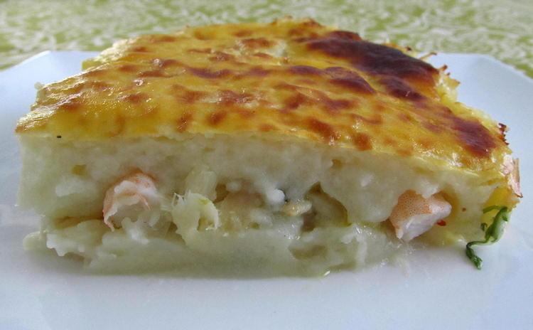 Empadão de bacalhau com camarão num prato