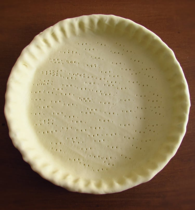Pie pan lined with shortcrust pastry