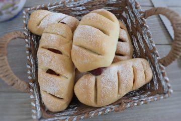 Pão com chouriço numa cesta de pão