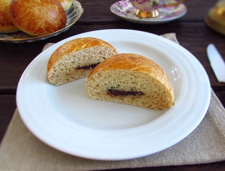 Pão de leite recheado com chocolate num prato