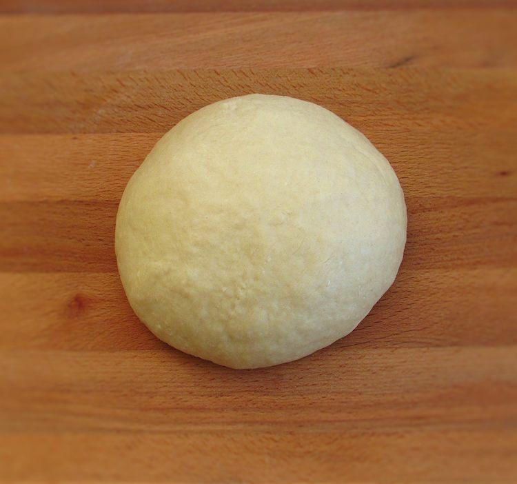 Massa de pão de leite numa mesa de madeira