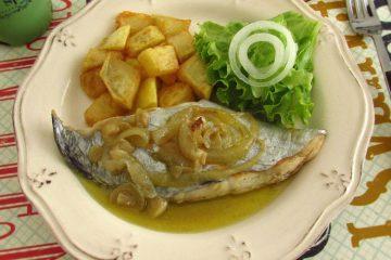 Peixe espada estufado num prato