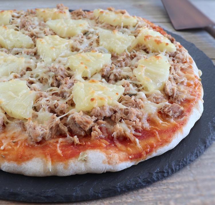 Pizza de atum e ananás numa mesa
