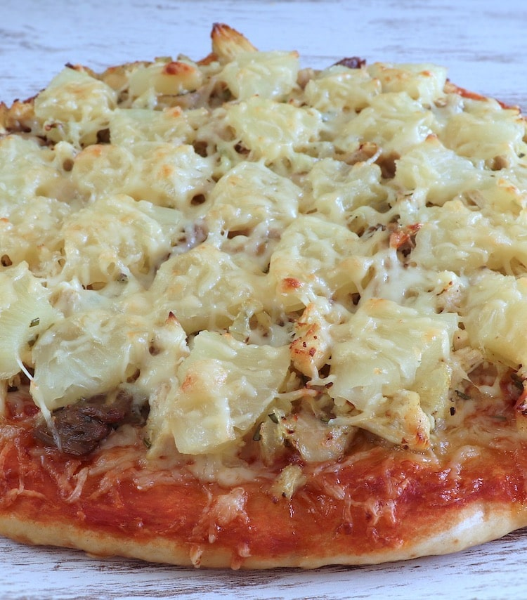 Pizza de frango e ananás numa mesa