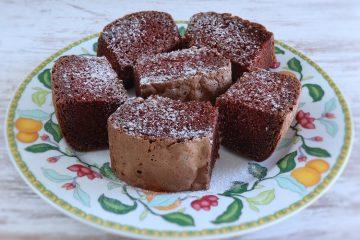 Quadrados de chocolate num prato