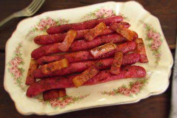 Salsichas frescas no forno numa travessa