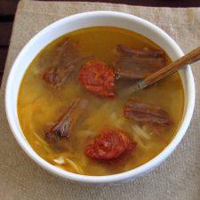 Sopa de carne numa tigela de sopa