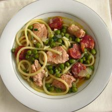 Spaghetti with turkey, chouriço and peas on a dish