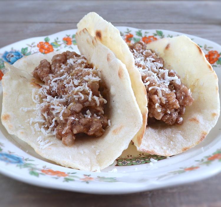 Tacos de carne picada num prato