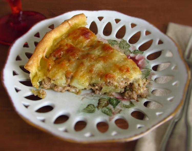 Fatia de tarte de carne com batata num prato