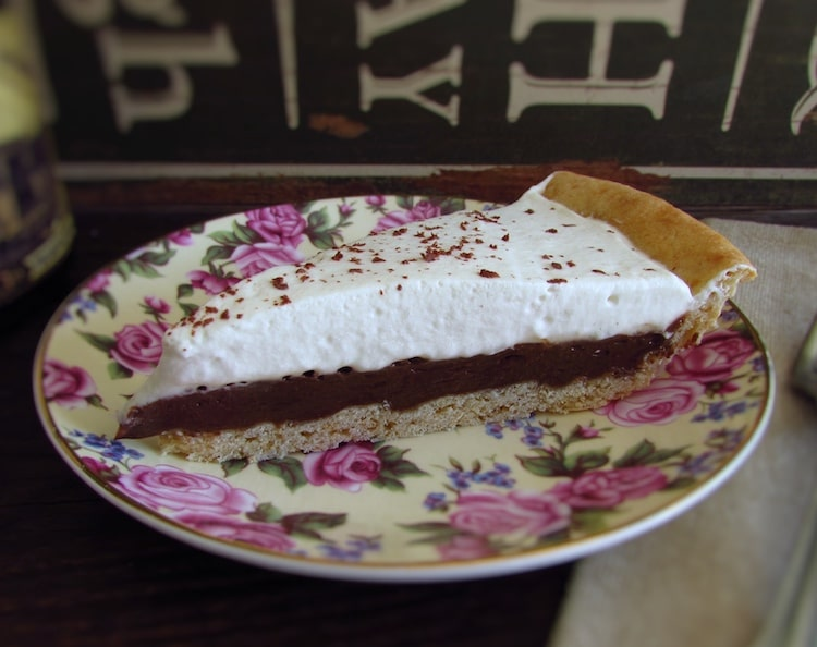 Fatia de tarte de chocolate e chantilly num prato