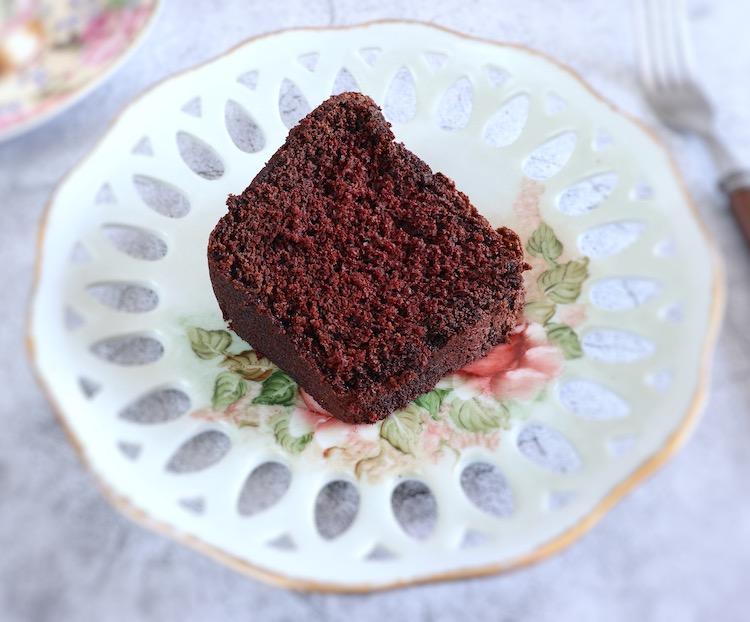 Fatiade bolo de chocolate e laranja num prato