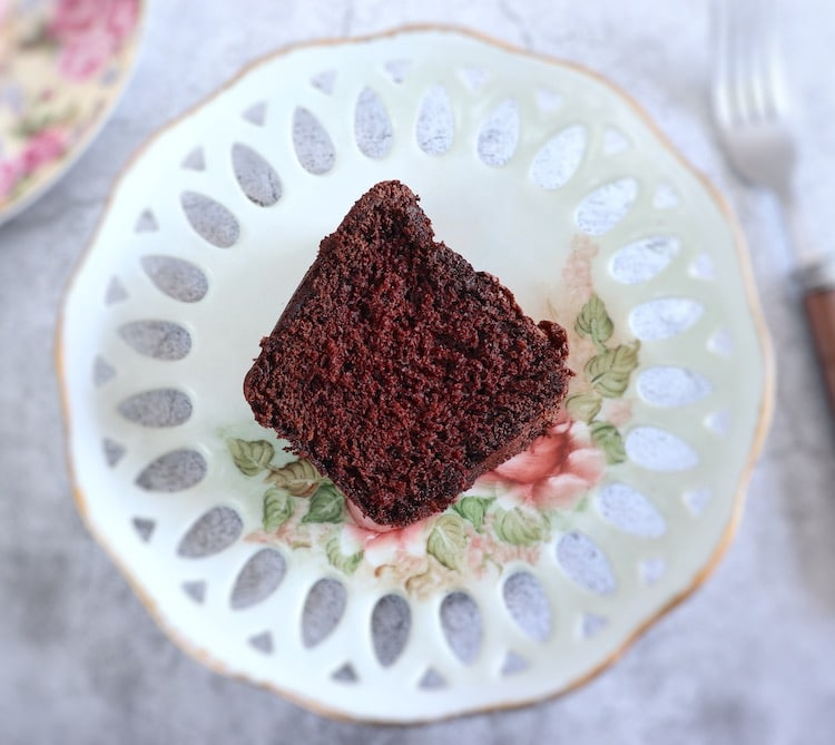 Fatia de bolo de chocolate e laranja num prato