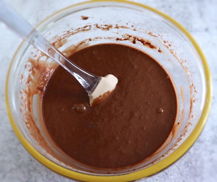 Massa de bolo de chocolate e laranja numa taça