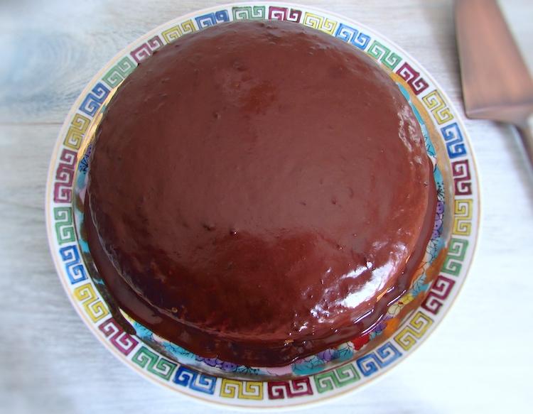 Bolo de laranja com cobertura de chocolate num prato