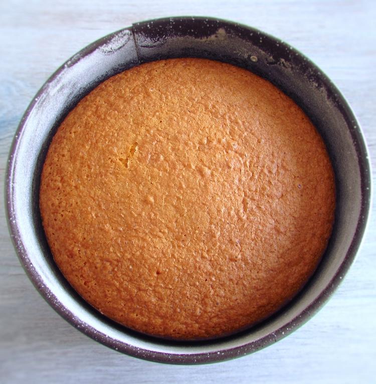 Bolo de laranja numa forma de bolos redonda