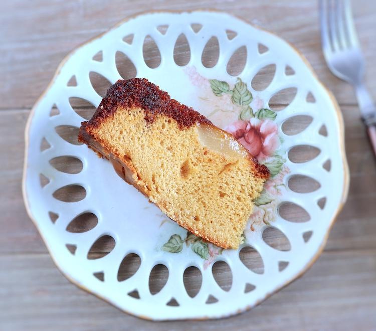 Fatia de bolo de pera caramelizado num prato