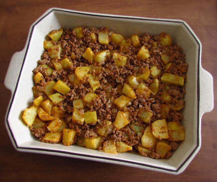 Carne e batatas numa assadeira