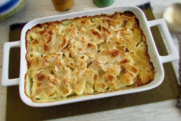 Cod in the oven with béchamel on a baking dish