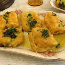 Filetes de bacalhau no forno com batatas numa travessa