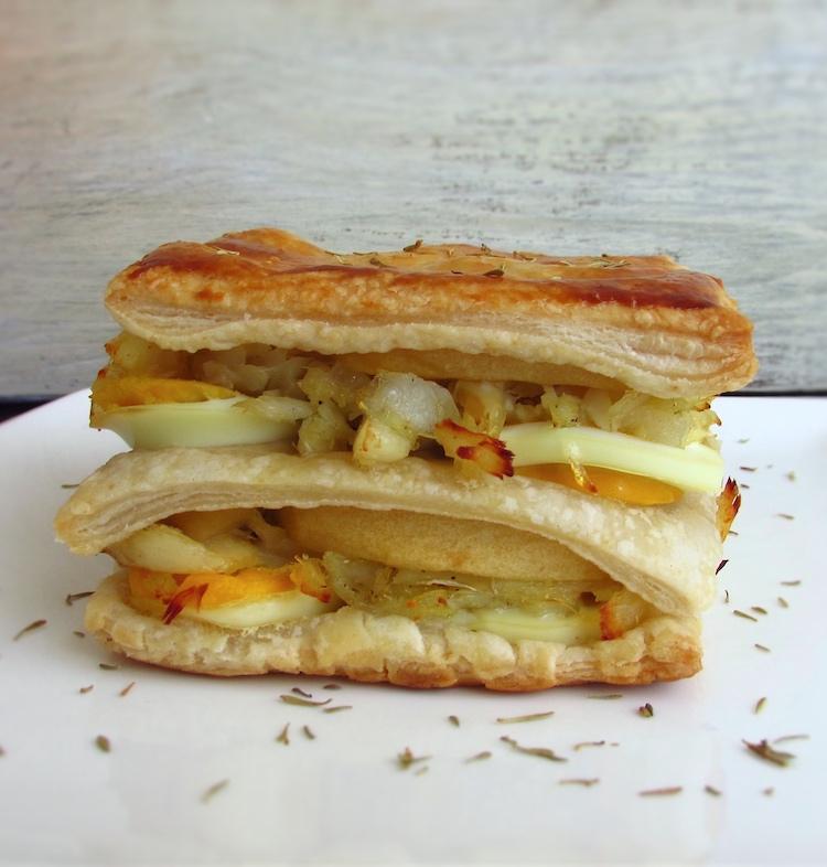 Folhado de bacalhau, maçã e ovo num prato