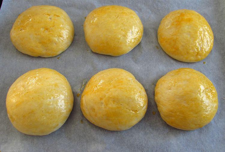 Massa de pão de leite pincelada com gema de ovo batida