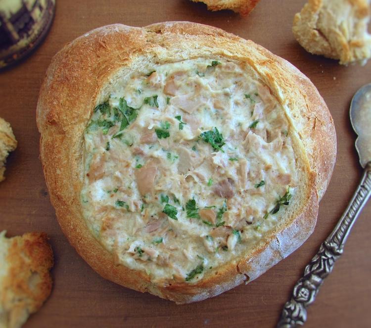 Pão recheado com atum numa mesa