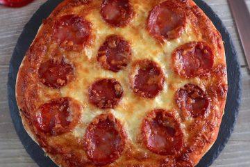 Pizza de chourição numa mesa