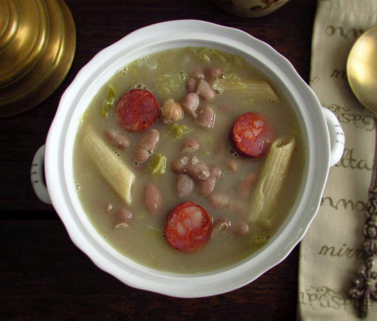 Sopa de feijão encarnado com massa e chouriço numa terrina