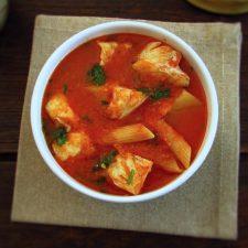 Sopa de maruca numa tigela de sopa