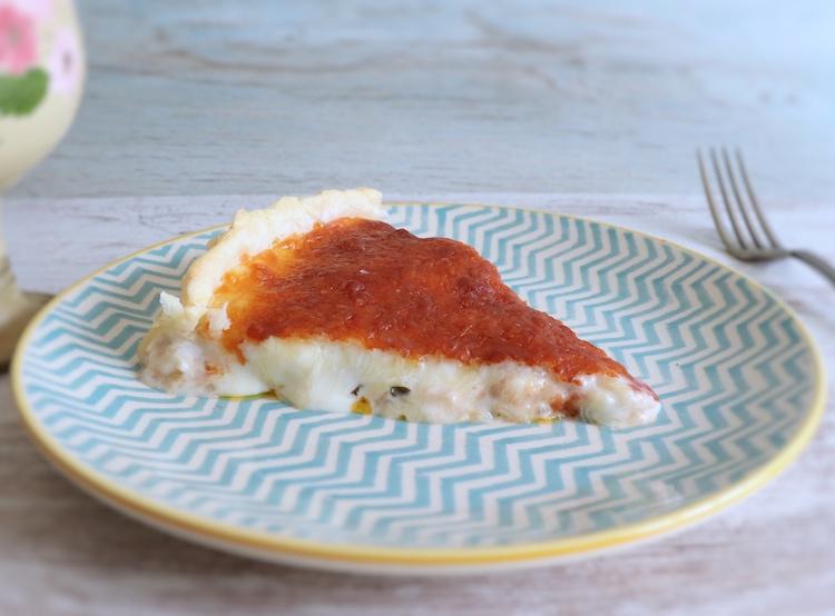 Fatia de tarte de bacalhau num prato
