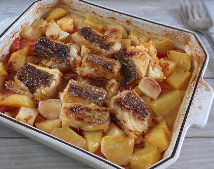 Bacalhau no forno com tomate e batatas numa assadeira