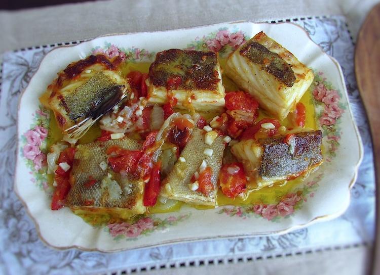 Bacalhau simples no forno servido numa travessa