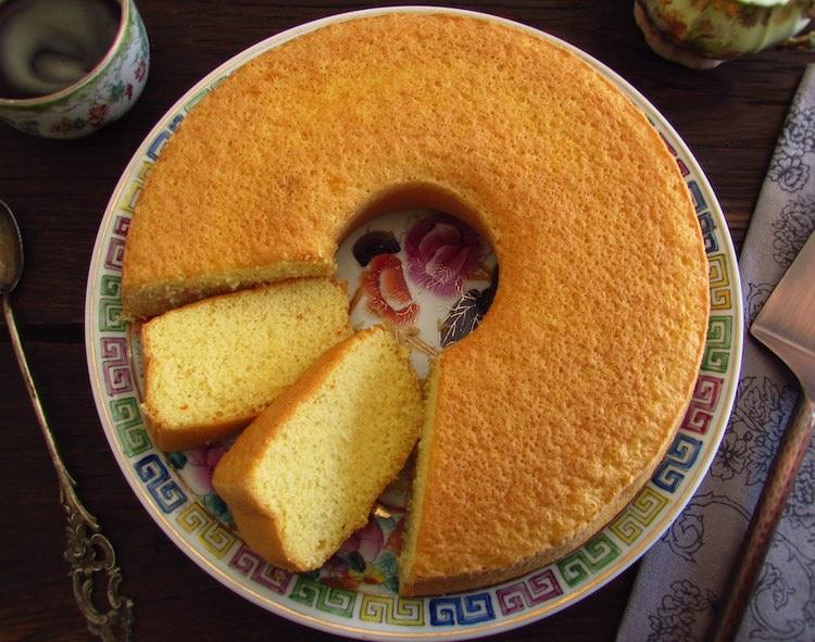Fatia de bolo de brandy num prato